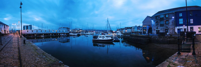 Vue panoramique sur le quai de marina dans Plymouth, R-U au lever de soleil photos stock