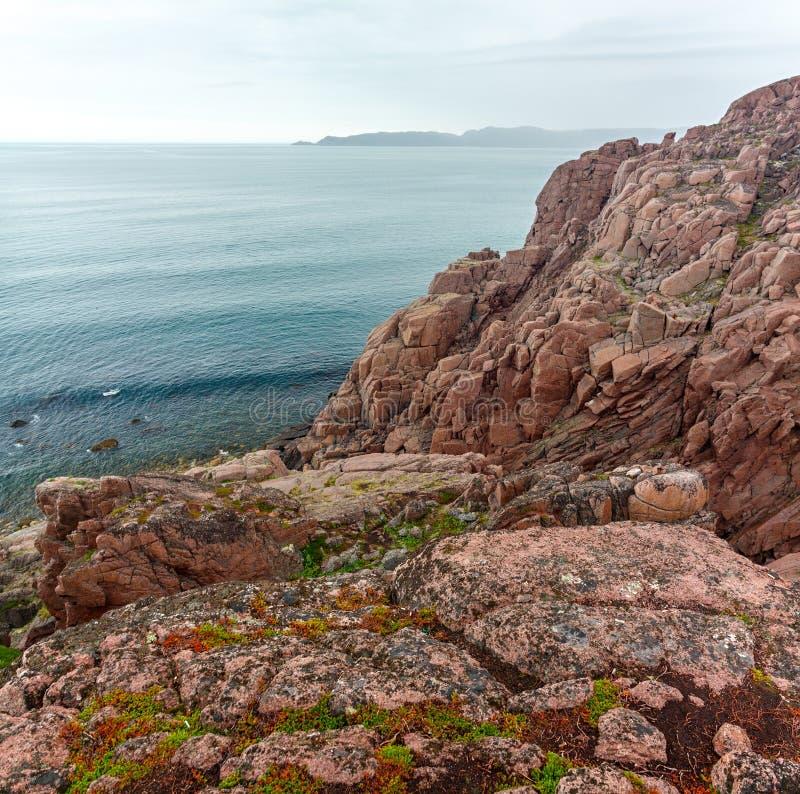 Vue panoramique sur le rivage rocheux de la mer de Barents photos stock