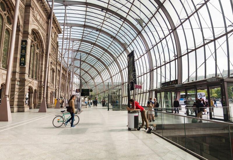 Vue panoramique sur le toit en verre de la gare ferroviaire du ` s de Strasbourg photographie stock libre de droits