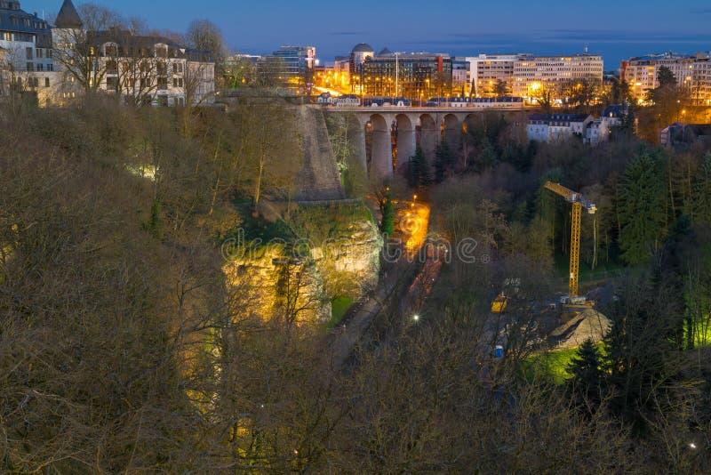 Vue panoramique sur le viaduc du luxembourgeois ou le vieux pont, la vallée de Petrusse et le centre de la ville du Luxembourg photo stock
