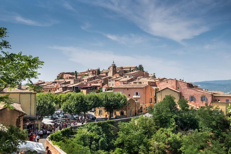 Vue panoramique sur le village du Comté de Roussillon, Provence, France image stock