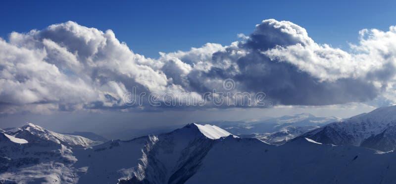 Vue panoramique sur les montagnes ensoleillées neigeuses photographie stock libre de droits
