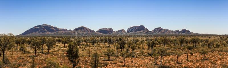 Vue panoramique sur les olgas de loin, territoire du nord, Australie photos stock
