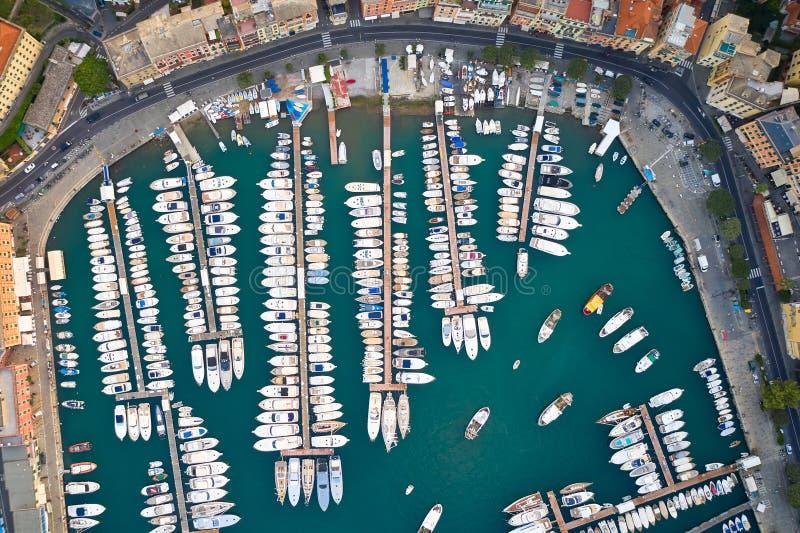 Vue panoramique sur un port avec bateaux amarrés, yachts et voiliers en mer Ligure Santa Margherita Ligure est une Italienne images libres de droits