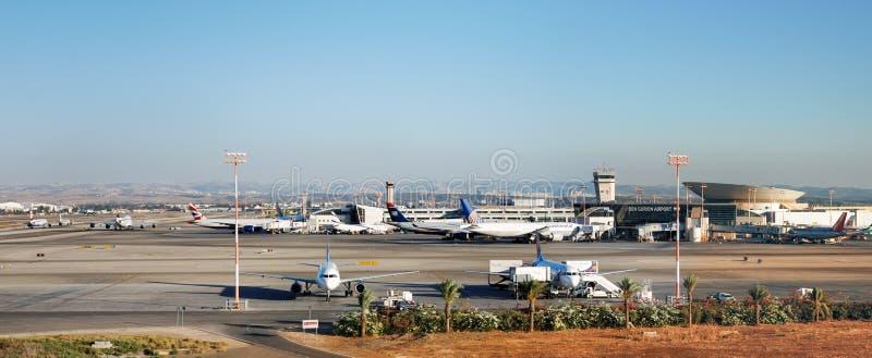 Vue panoramique très grande sur le stationnement d'avions image libre de droits