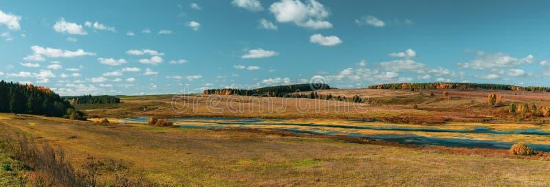 Vue panoramique vers la petite rivière près du village aux collines comme fond, un panorama de plusieurs cadres photos stock