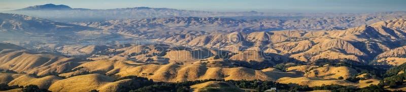 Vue panoramique vers le bâti Diablo au coucher du soleil du sommet de la crête de mission photo libre de droits