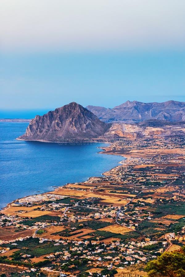 Vue panoramique vers Monte Cofano dans Erice Sicile Italie images stock