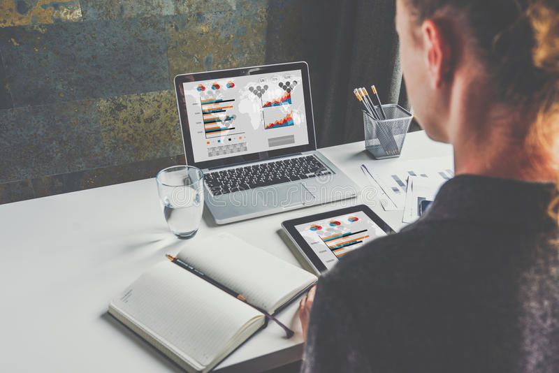 Vue par derrière, femme d'affaires s'asseyant au bureau et travail Étudiant apprenant en ligne Planification des affaires photographie stock libre de droits
