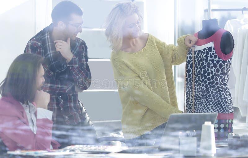 Vue par derrière le verre travail de concepteurs dans un studio moderne photos libres de droits