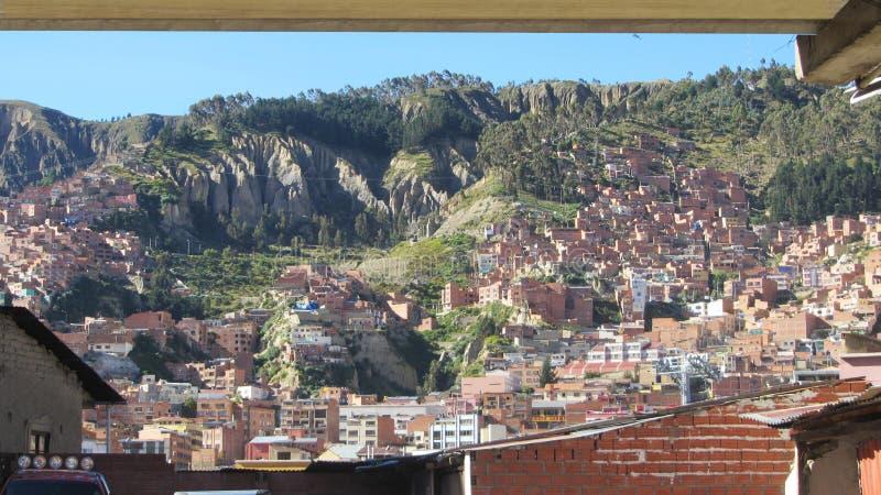 Vue par la fenêtre, de la ville de la La Paz Bolivia images libres de droits