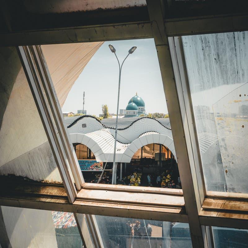 Vue par la fenêtre du bazar de Chorsu à Tashkent, l'Ouzbékistan image libre de droits