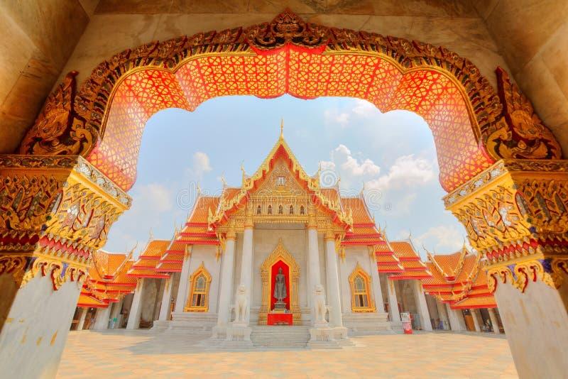 Vue par la porte à Wat Benchamabophit ou au temple de marbre à Bangkok photographie stock libre de droits