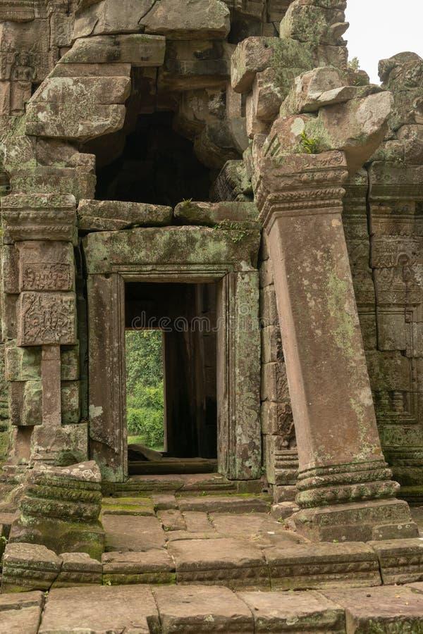 Vue par la porte de temple avec le pilier chancelant photographie stock