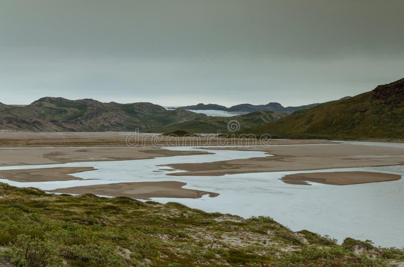 Vue par la vallée de Sandflugtdalen au-dessus de la rivière vers les montagnes et la calotte glaciaire Greenlandic, Groenland photo stock