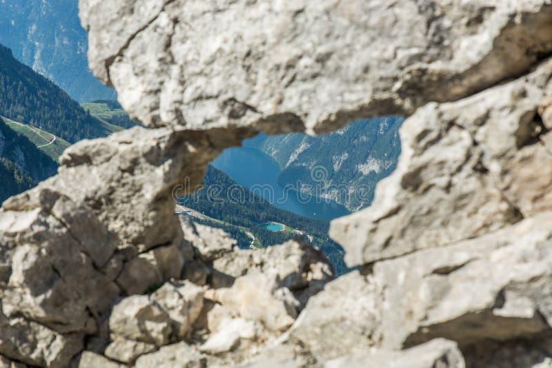 Vue par le trou dans les roches image libre de droits