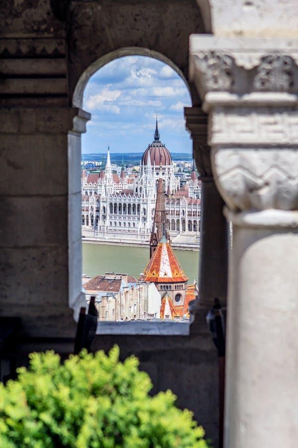 Vue par une fenêtre dans la bastion du ` s de pêcheurs au bâtiment du parlement photo stock