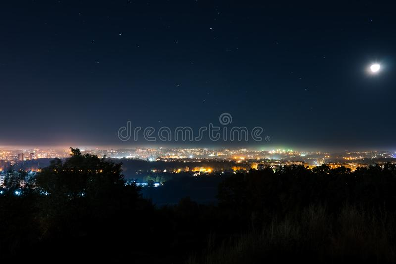 Vue parfaite d'une petite ville de nuit avec ses lumières de ville, une vue splendide de la nuit lumineuse, Khmelnitsky Ukraine image stock