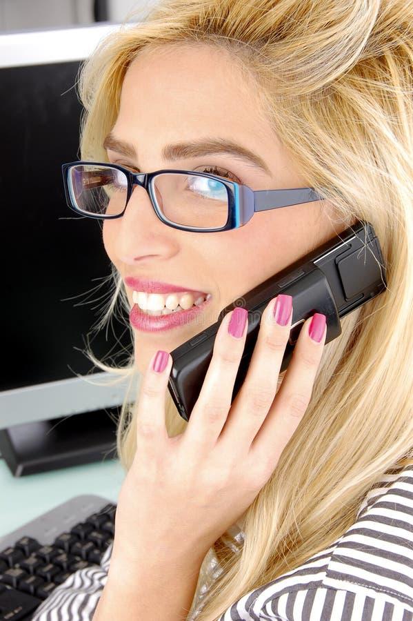 vue parlante latérale mobile de femme d'affaires photo libre de droits