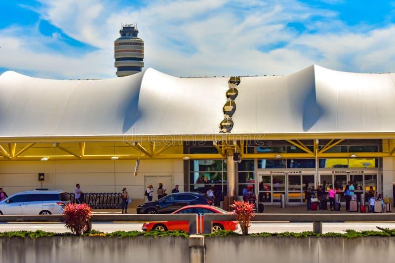 Vue partielle du terminal A et de la tour de contrôle du trafic aérien chez Orlando International Airport 2 photographie stock libre de droits