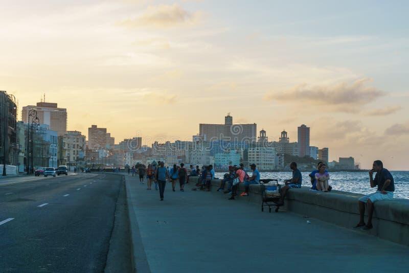 Vue, personnes et bâtiments de Malecon dans le coucher du soleil images libres de droits