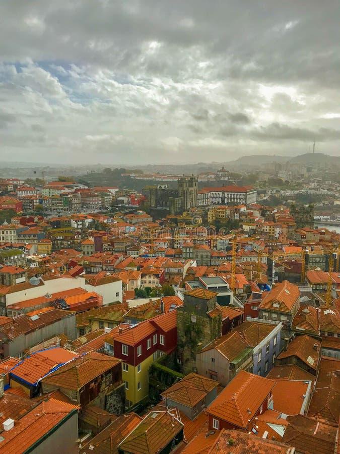 Vue pittoresque de panorama de Porto, Portugal dans le jour nuageux photos stock