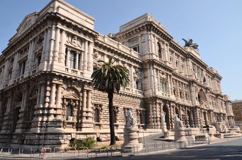 Vue pittoresque du beau bâtiment de la court suprême de la cassation au-dessus de la rivière du Tibre à Rome, Italie photo libre de droits