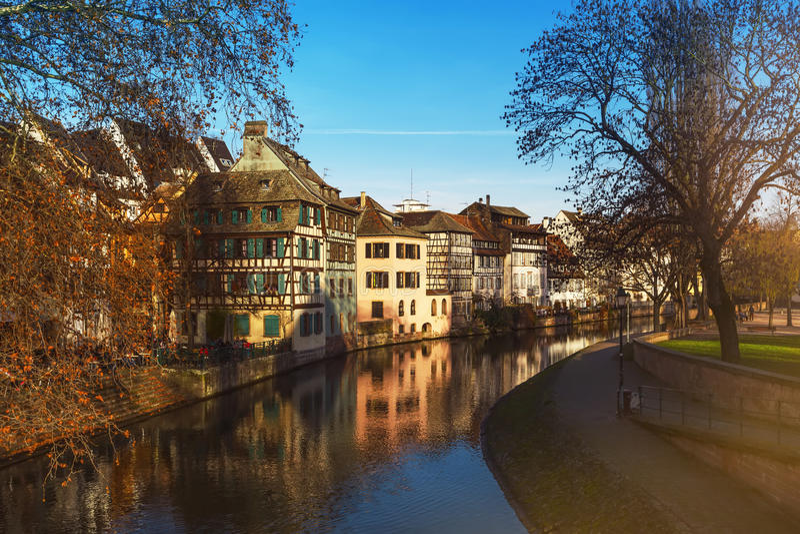 Vue pittoresque sur les maisons à colombage au coucher du soleil Strasbourg photographie stock