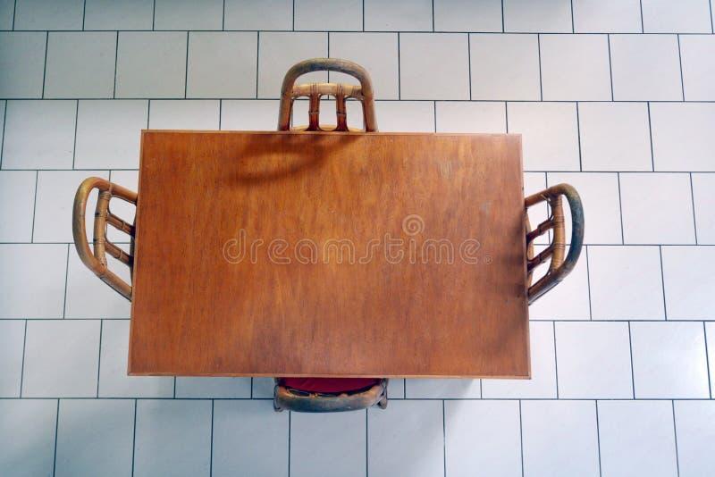 Vue plate de configuration d'une table en bois et des chaises image stock