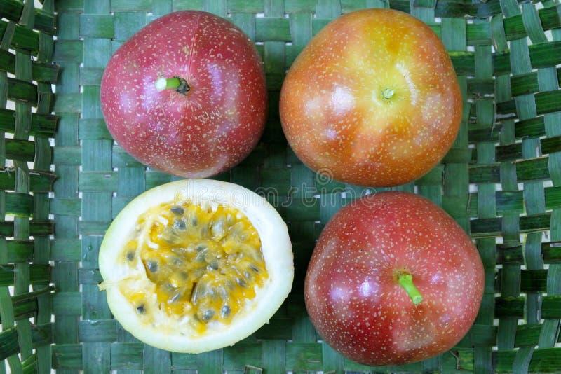 Vue plate de configuration de passiflore comestible de passiflore à l'intérieur d'un panier tissé Rarotonga photo libre de droits