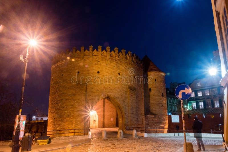 Vue pour la barbacane de Varsovie de l'extérieur des vieux murs de ville de ville de Varsovie la nuit images libres de droits