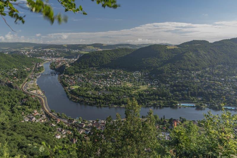 Vue pour la vallée de la rivière Labe photo stock