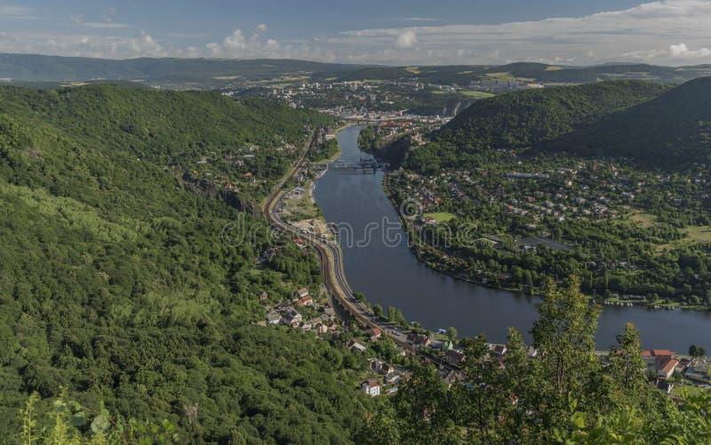 Vue pour la vallée de la rivière Labe photographie stock