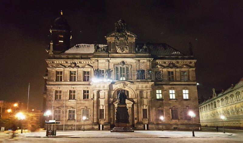 Vue proche des rues, des bâtiments, des églises et des places de Dresde images libres de droits