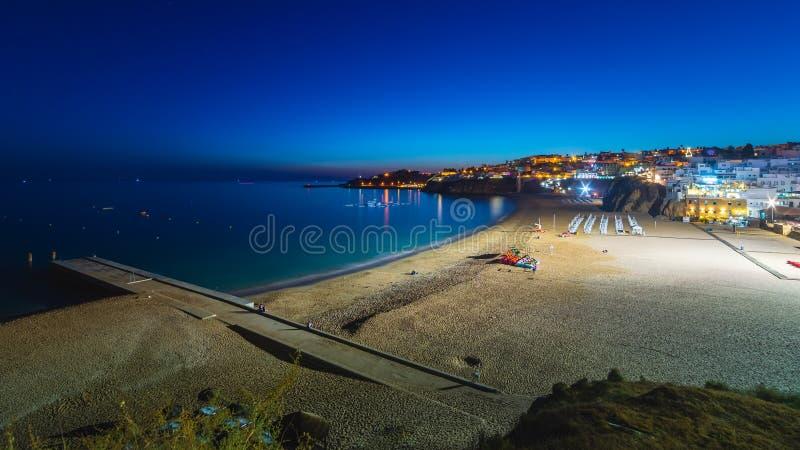 Vue proche panoramique en été de la plage d'Albufeira au Portugal images libres de droits