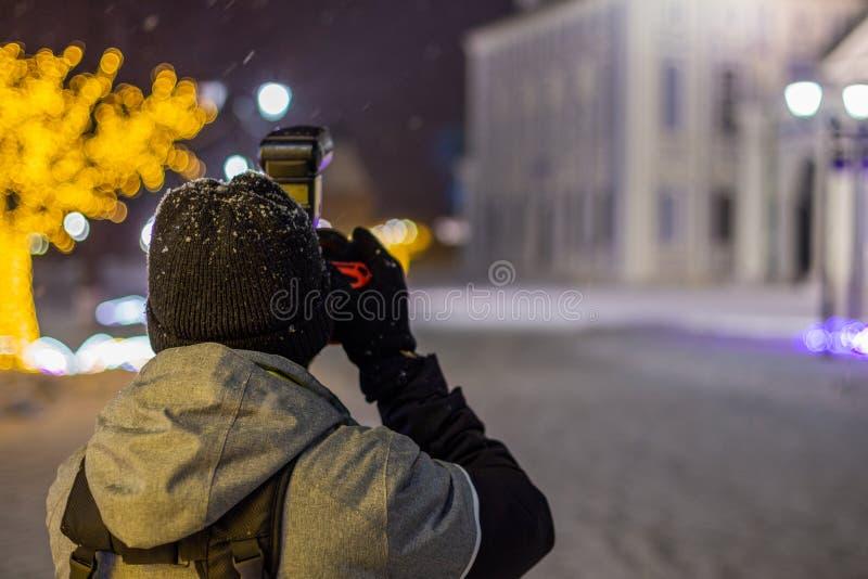 Vue professionnelle d'architecture de nuit de tir de photographe à l'hiver neigeux avec la lumière naturelle et le foyer sélectif image libre de droits