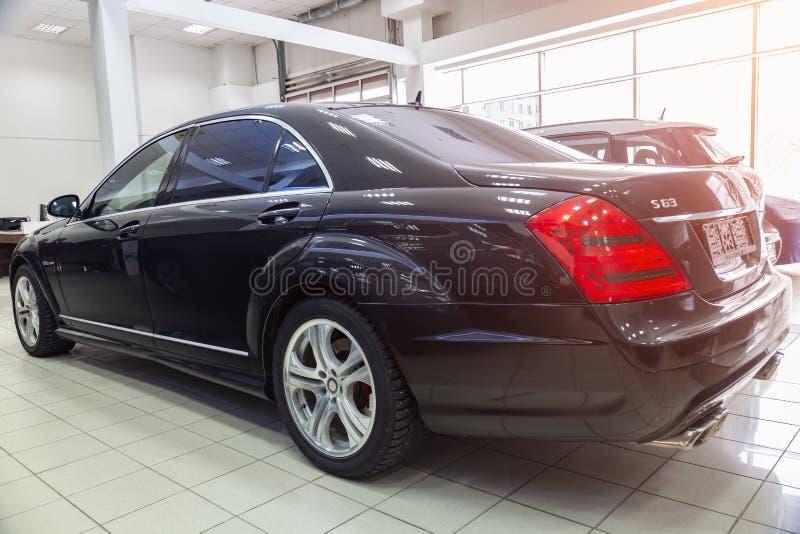 Vue quarte arrière d'un pare-chocs de classe des affaires S de Mercedes Benz et d'un tronc d'une voiture, une longue limousine no image stock