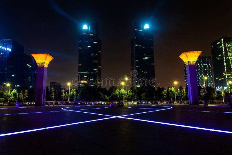 Vue rêveuse de nuit de place est de station de Zhengzhou et de Tours jumelles de l'espace vert photographie stock libre de droits