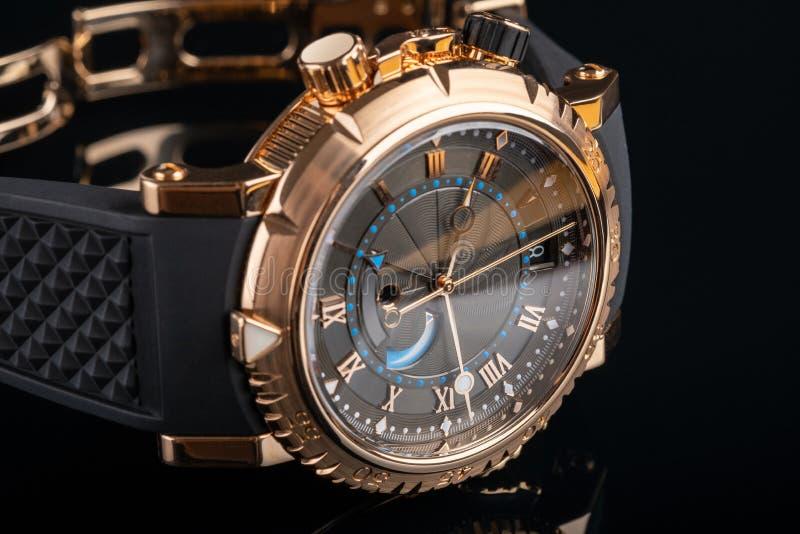 Vue rapprochée de la montre du poignet du gentil homme sur fond noir photo libre de droits