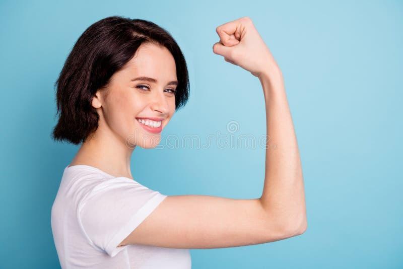 Vue rapprochée du profil portrait d'elle, elle est belle chic chatouilleuse et joyeuse jeune fille qui montre son bras photo libre de droits