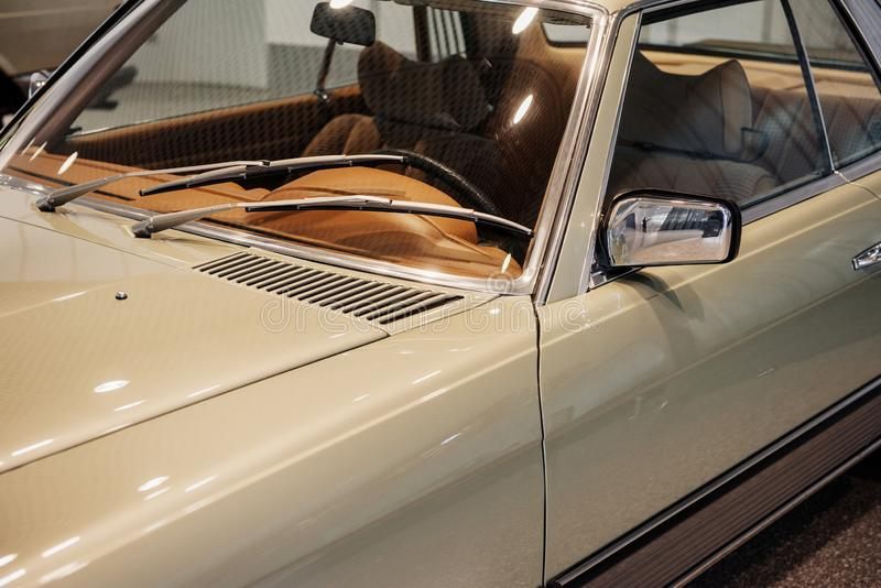 Vue rapprochée latérale de la voiture beige rétro avec miroir latéral chromé gauche et garniture de fenêtre, laveuse de pare-bris photo stock