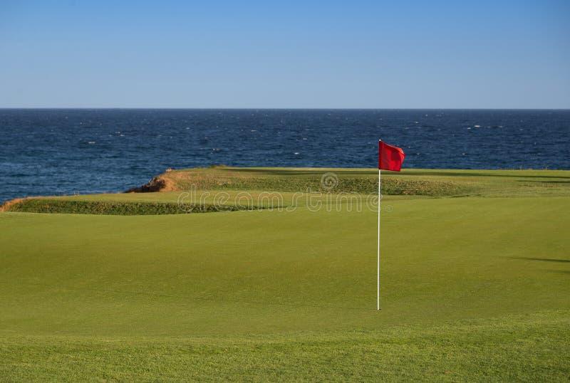 Vue renversante d'un terrain de golf côtier image stock
