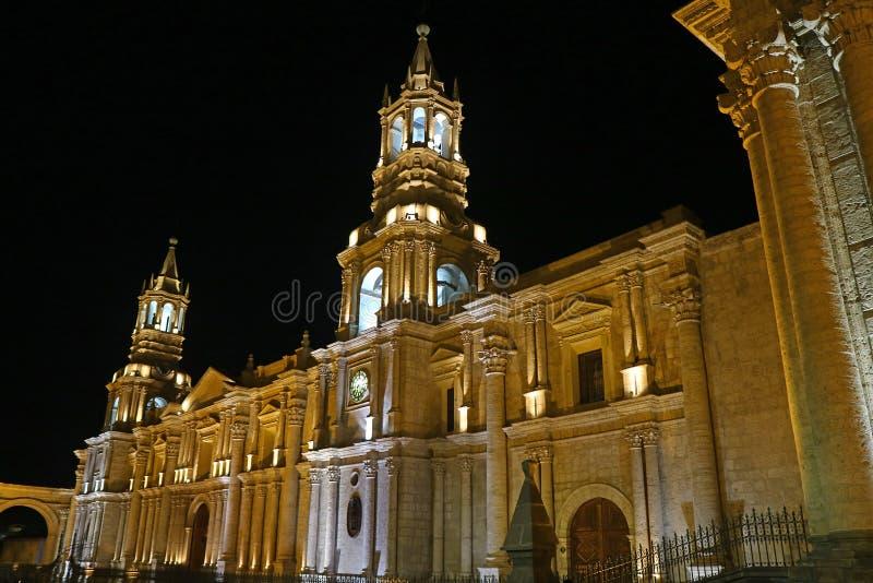 Vue renversante de la cathédrale de basilique d'Arequipa par nuit, Pérou photographie stock libre de droits