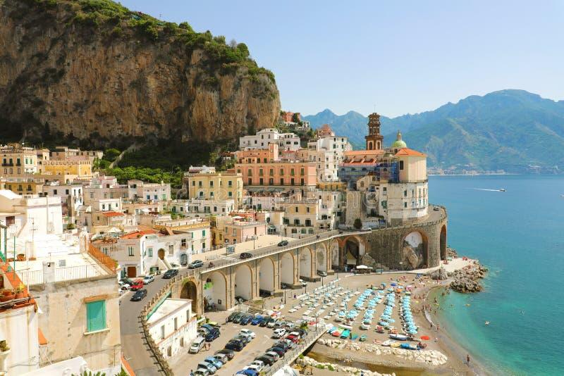 Vue renversante de village d'Atrani, côte d'Amalfi, Italie photos libres de droits