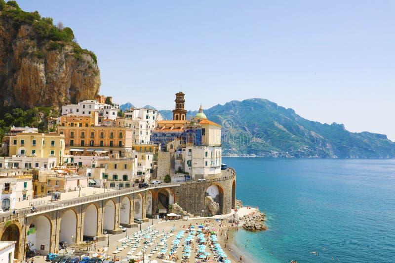 Vue renversante de village d'Atrani, côte d'Amalfi, Italie photographie stock libre de droits