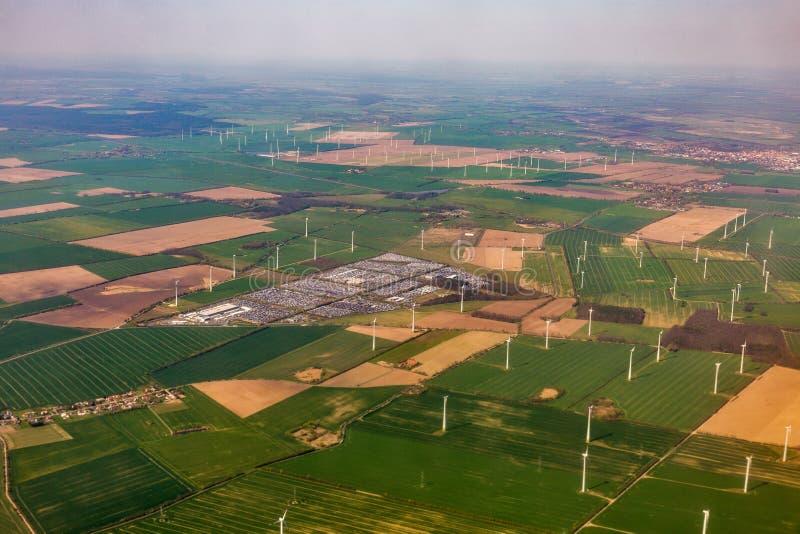 Vue a?rienne au-dessus de ferme de turbine de moulin de vent image libre de droits