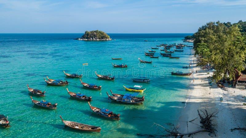 Vue a?rienne au-dessus de groupe de bateaux de longue queue en ?le de Koh Lipe, Satun, Tha?lande photos libres de droits