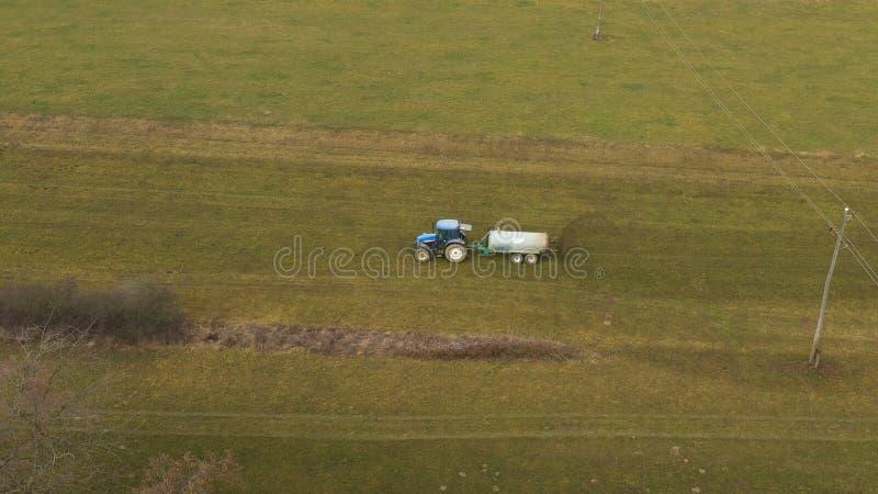 Vue a?rienne d'un tracteur et d'une remorque rouges supportant une charge d'engrais sur la route image libre de droits