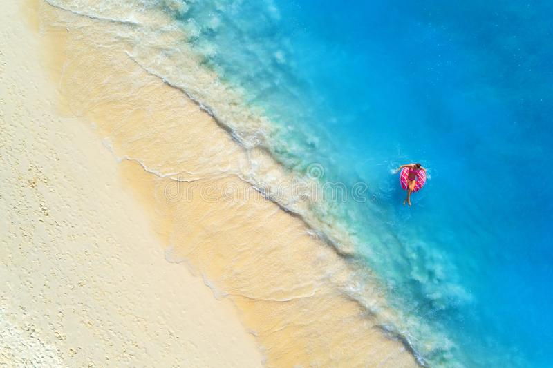 Vue a?rienne d'une femme de natation en mer au coucher du soleil photo libre de droits