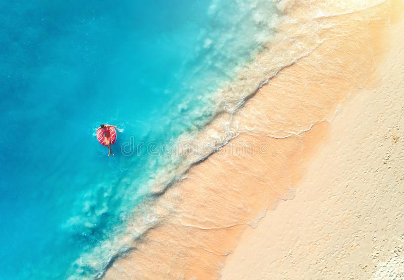 Vue a?rienne d'une femme de natation en mer au coucher du soleil images libres de droits